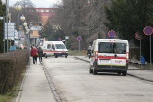 Zákaz zastavenia platí na viacerých miestach v areáli nemocnice. Hlavným dôvodom je, aby vodiči neblokovali sanitky.