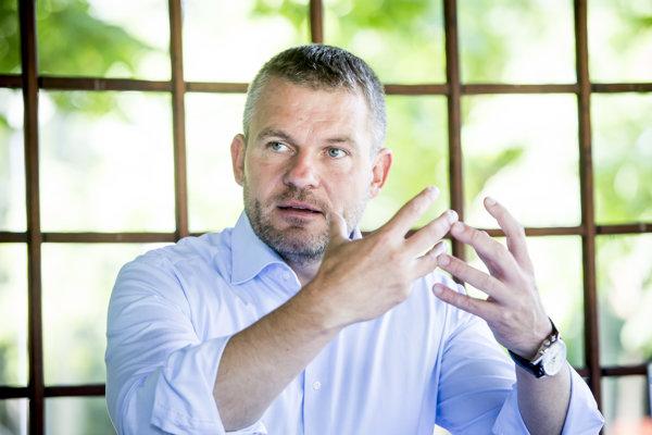 Vicepremiér pre investície Peter Pellegrini začínal ako poslanecký asistent.
