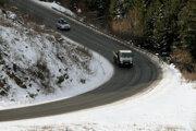 Cesty sú prevažne suché, no môže prekvapiť námraza aj utlačený sneh.