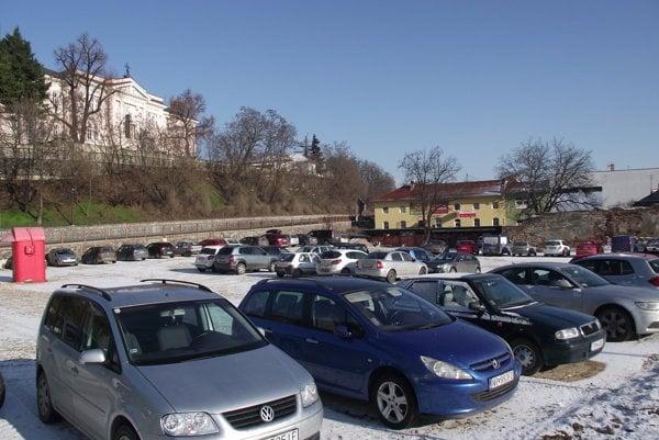 Parkovisko medzi Mostnou a Podzámskou je zatiaľ zadarmo.