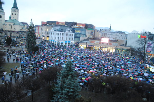 Tisíce ľudí prišli na žilinský protest s dážďnikmi.