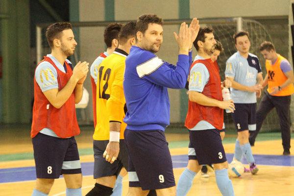 Zverenci trénera Antona Suchana (v modrom) sa držia na treťom mieste v tabuľke.