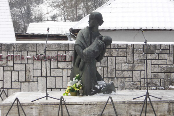 Pomník v Ostrom Grúni symbolizuje Matka chrániaca svoje dieťa.