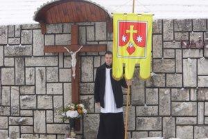 Pri pietnej spomienke niesli aj novú vlajku farnosti Kľakovskej doliny.