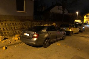 Na Dunajskej tehly zo strechy poškodili auto.