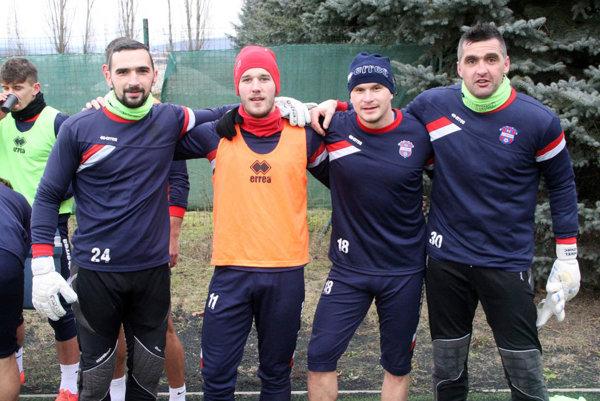 Jozef Novota (vpredu vľavo) je od nedele tridsiatnikom. Blahoželali mu aj spoluhráči Orávik s Kováčom. Pintér (v oranžovom) je s tímom SR 21 v Dubaji.