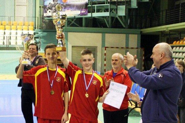 Víťazný pohár a putovný pohár si odniesli chlapci z Ivanky pri Nitre. Blahoželal im predseda ObFZ Štefan Korman.