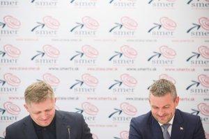 Peter Pellegrini (vpravo) a Robert Fico počas spoločnej tlačovej konferencie.