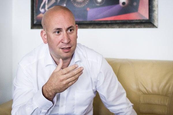 Šéf služobného úradu ministerstva zdravotníctva Jozef Ráž je synom známeho speváka Elánu Joža Ráža.