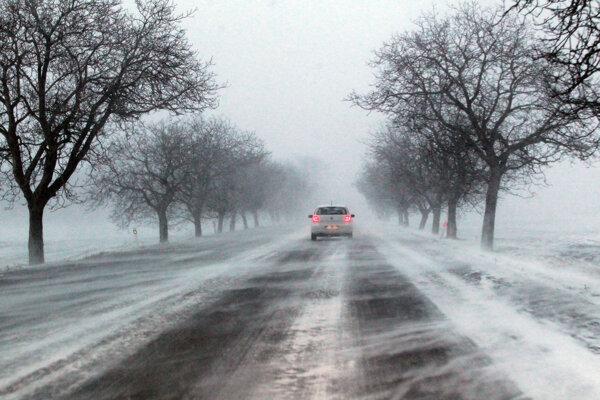 Na cestách môže prekvapiť utlačený či mokrý sneh.