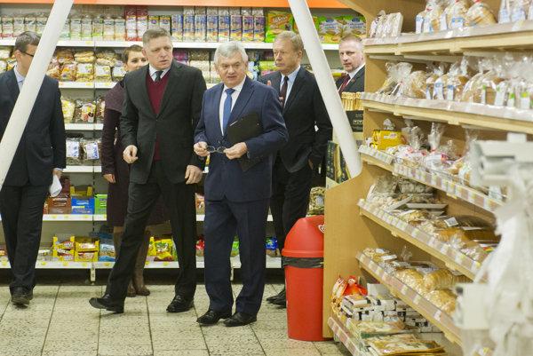 Minister pôdohospodárstva Ľubomír Jahnátek s premiérom Robertom Ficom v obchode s potravinami.