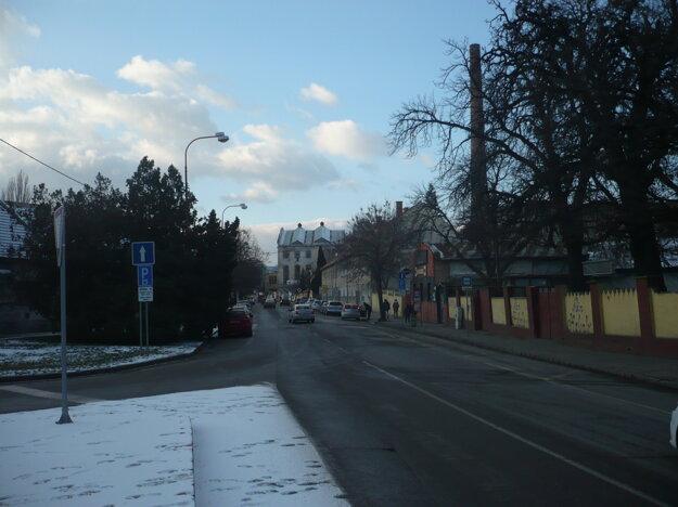 Šrobárova ulica je zaradená do zóny B, za hodinu parkovania sa tam platí 20 centov.