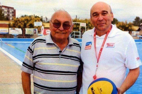 Krajčíkovci sú zakladateľmi plávania a vodného póla v Topoľčanoch. Jozef Krajčík (vľavo) sa v piatok 23. 3. dožil životného jubilea 90 rokov. Vpravo je jeho syn Milan Krajčík, aktívny vodnopólový rozhodca.