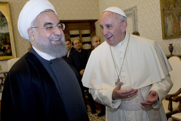 Iránsky prezident Hasan Rúhání (vľavo) a pápež František.