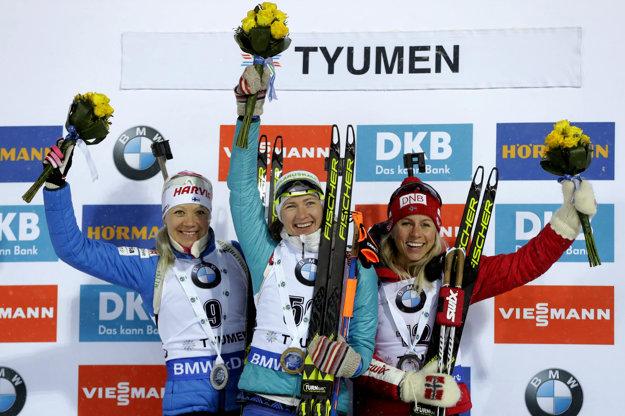 Posledný šprint aktuálnej sezóny ovládla Daria Domračevová z Bieloruska (v strede). Druhá skončila Kaisa Makarainenová a tretia Nórka Tiril Eckhoffová (vpravo).