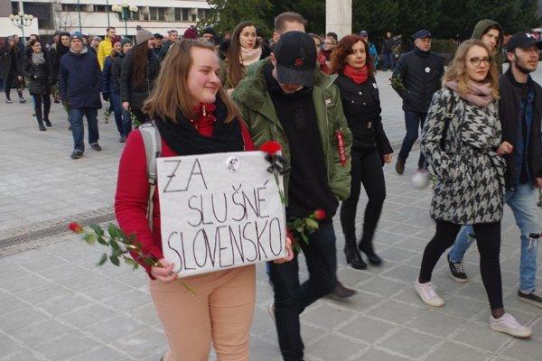 Ľudia mali červené kvety s čiernymi stužkami.