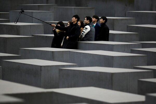 Turisti pri Pamätníku židovských obetí holokaustu v Berlíne.