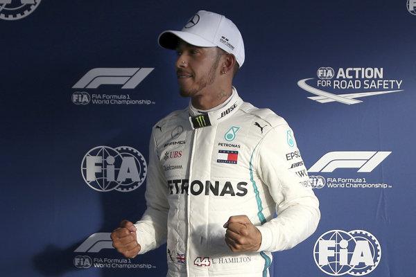 Lewis Hamilton sa teší po víťaznej kvalifikácii.
