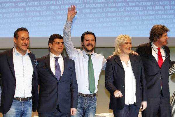 Zľava Heinz Christian Strache, Laurentiu Rebega, Matteo Salvini, Marine Le Penová a Marcel De Graaf pózujú počas stretnutia európskych krajne pravicových národných a slobodných hnutí v Miláne.
