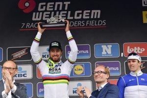 Peter Sagan dvíha nad hlavu trofej za víťazstvo na pretekoch Gent - Wevelgem.
