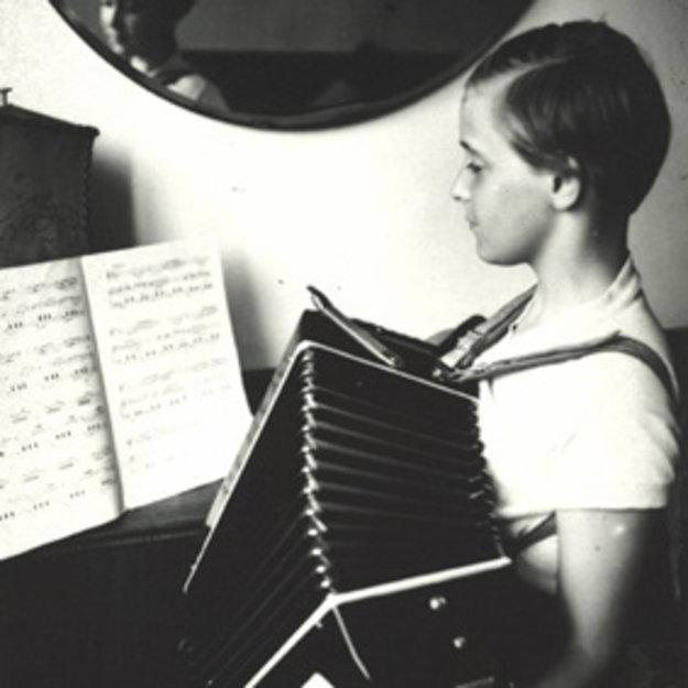 Cvičenie hry na akordeón ako mladé dievča