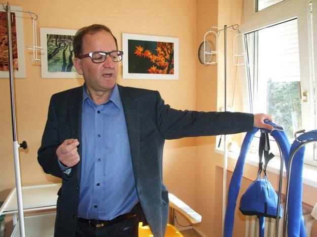 Primár Juraj Detvay s chladiacou čiapkou, ktorá dokáže zachrániť niektoré pacientky pred vypadávaním vlasov. FOTO: