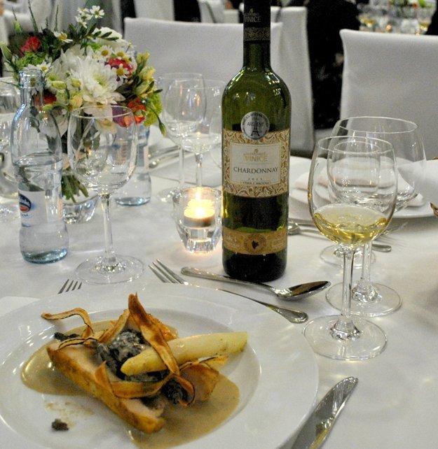 Hlavný chod s kvalitným vínom - Farmárske kuracie prsia na vínnej omáčke so smrčkami a špargľou.