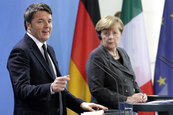 Nemecká kancelárka Angela Merkelová a taliansky premiér Matteo Renzi na tlačovej konferencii v Berlíne.