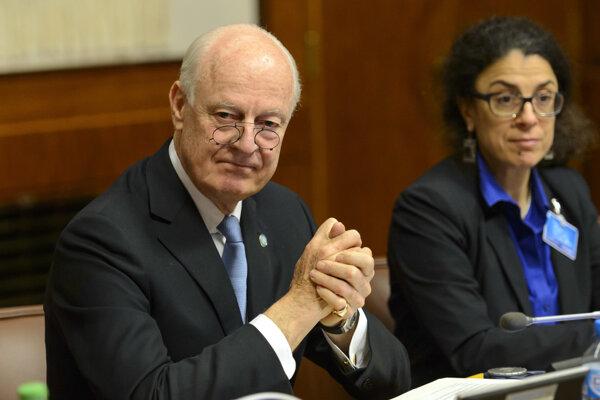 Osobitný vyslanec OSN pre Sýriu Staffan de Mistura (vľavo) sa účastní na nepriamom mierovom rokovaní zameranom na ukončení päťročného ozbrojeného konfliktu v Sýrii vo švajčiarskej Ženeve.