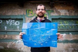 Matúš Čupka s čerstvo vytlačenou mapou.