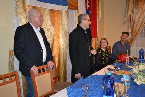 Juraj Levický (zľava), veľvyslanec Zvi Aviner Vapni, Alena Židová a Jozef Lojan, riaditeľ Cirkevnej spojenej školy zo Sniny.