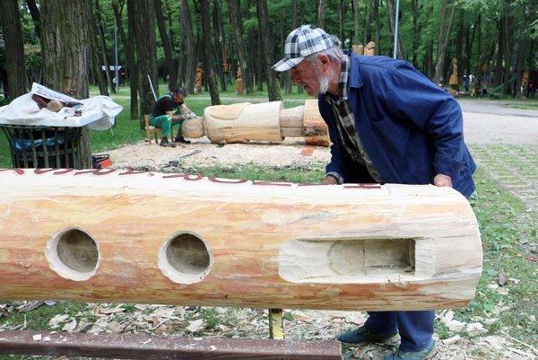 Rezbár Ferdinand Bolebruch pri vytváraní obrovskej píšťaly.