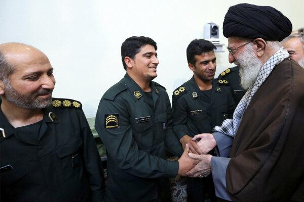 Ajatolláh Alí Chameneí počas udeľovania vyznamenania.