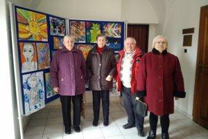 Seniori zCentra sociálnych služieb Kamence navštívili vmestskej knižnici výstavu.