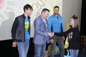 Organizátori pogratulovali víťazom minikvízu a odovzdali im vecné ceny.
