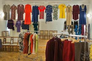 Šaty na výstave.