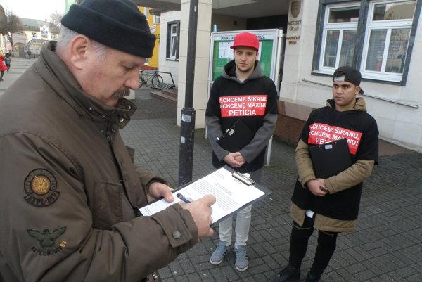 Ľubomír Čermák ako predseda petičného výboru sa pod petíciu podpísal prvý.
