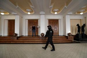 Ilustračné foto: Súdnu sieň počas pojednávania strážila polícia.