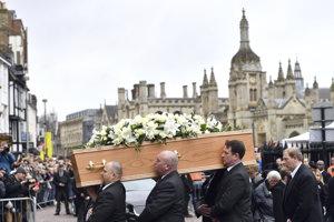 Ľudia nesú rakvu s telesnými pozostatkami profesora Stephena Hawkinga do univerzitného kostola v Cambridgei.