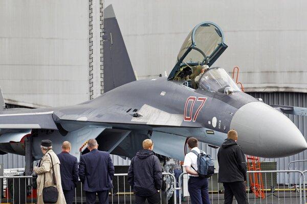 Ruská stíhačka SU-35 na parížskej leteckej šou.