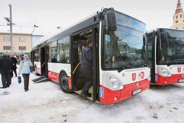 Január 2013: do vozidlového parku pribudli štyri nové autobusy. Ďalšie štyri orok neskôr.