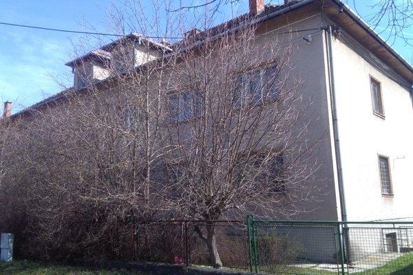 Budova sa nachádza na ulici Pod Párovcami.