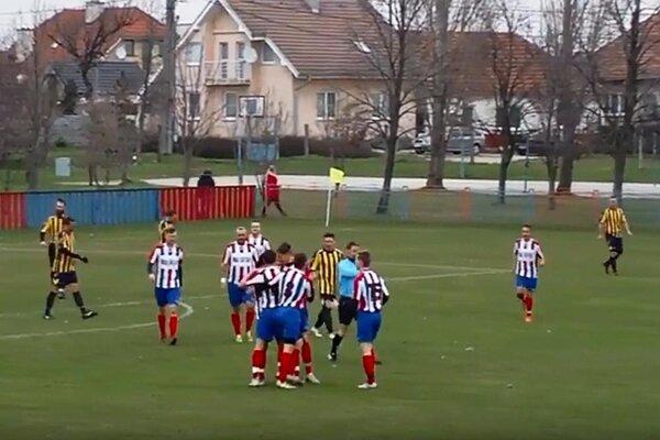 Futbalisti Paty porazili Janíky 2:0.