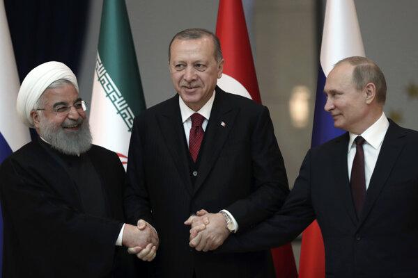 Ruský prezident Vladimir Putin (vpravo), turecký prezident Recep Tayyip Erdogan a ich iránsky kolega Hasan Rúhání.