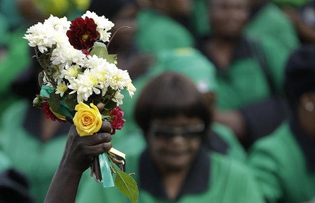 Pred domom Winnie Madikizelovej-Mandelovej sa zhromaždil dav, krajina vyhlásila desaťdňový štátny smútok.