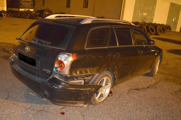 Jedno z poškodených áut, do ktorého mladík pri cúvaní narazil.
