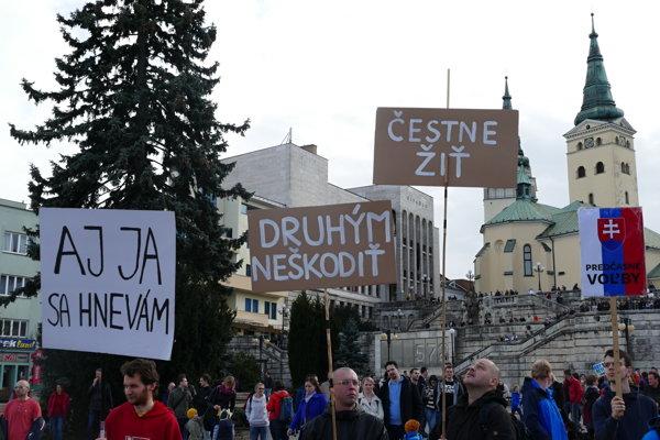 Na Námestie A. Hlinku prišlo asi štyritisíc demonštrantov.
