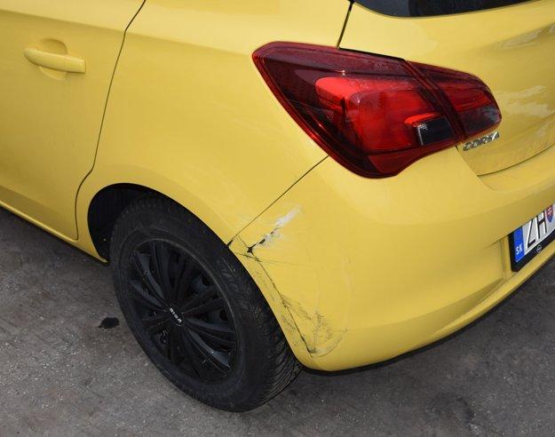Aj takáto neveľká škoda na cudzom aute vás môže stáť vodičák, ak z miesta odídete a neskôr vás identifikujú ako vinníka.