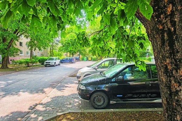 Parkovanie na Podjavorinskej.