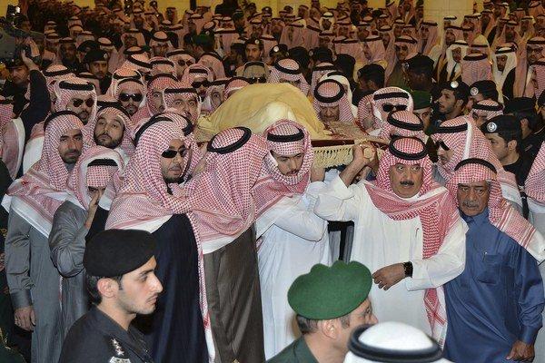 Smútiaci nesú telo kráľa Abdalláha v mešite imáma Turki bin Abdullaha v Rijáde.